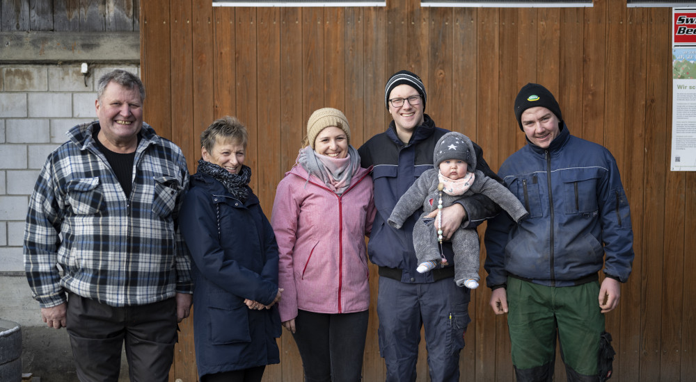 Monatshof: Familie Läuchli und Lehrling Kai Fricker (r.)