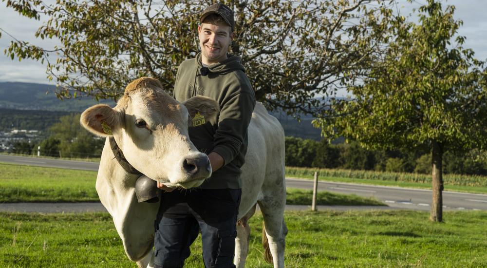 Landwirt Silvan Meienberg mit Mutterkuh